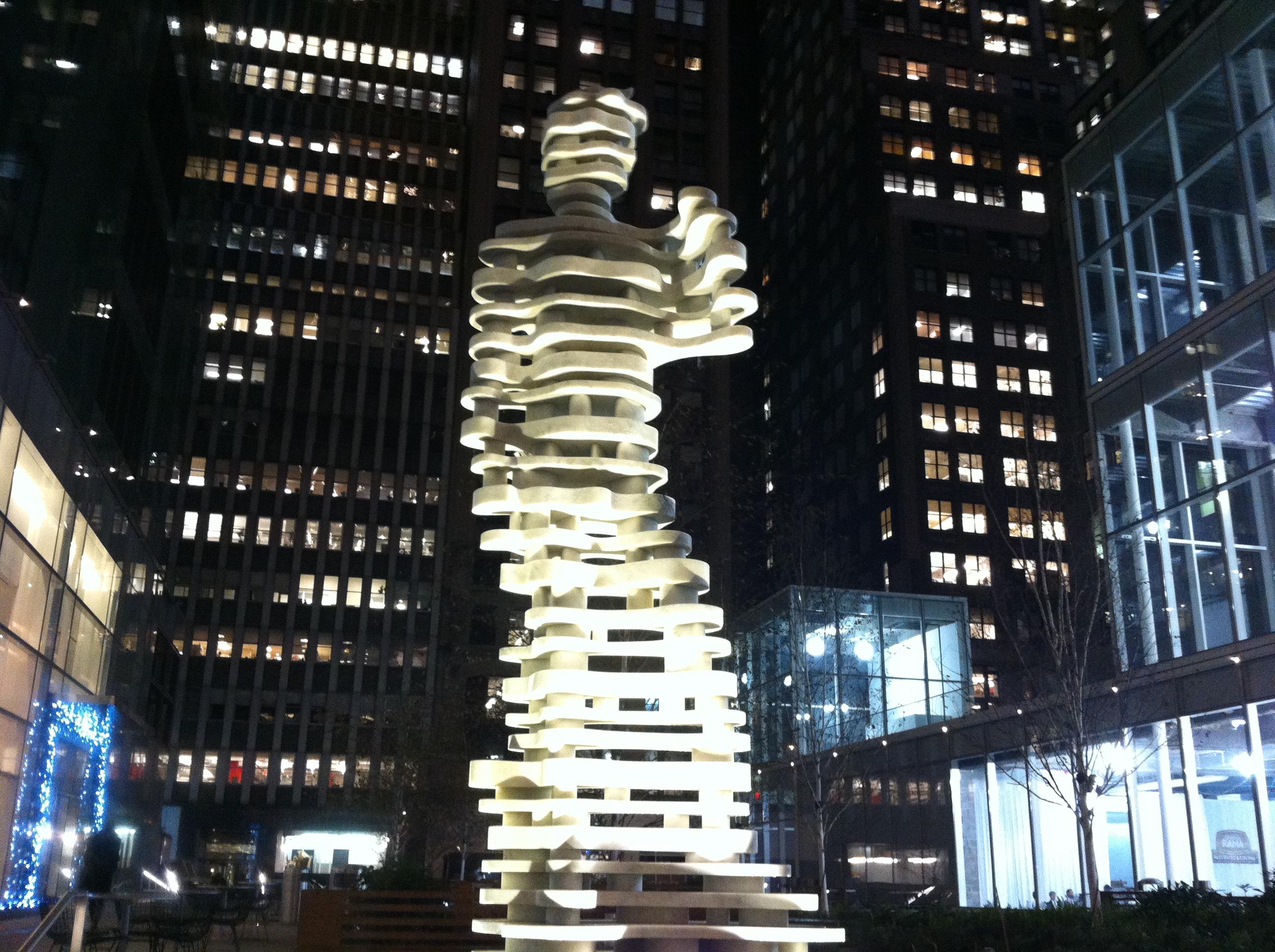 Una escultura heroica en el centro de Brooklyn, NY.