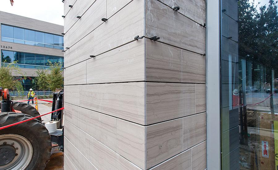 Uso de Baldosas en moderno complejo de oficinas